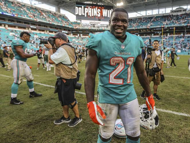 Miami Dolphins running back Frank Gore (21) reacts after the Dolphins  13-6  win against the New York Jets on November 4 6954ba11b