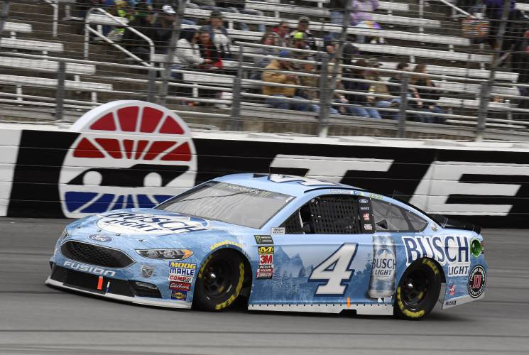 Kevin Harvick (4) Comes Out Of Turn 4 During A NASCAR Cup Series Auto Race  In Fort Worth, Texas, Sunday, April 8, 2018. (AP Photo/Larry Papke)